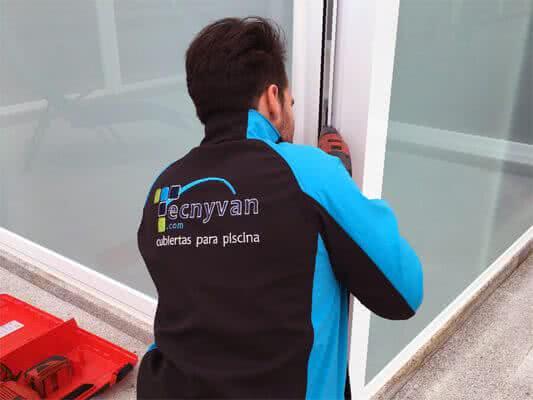 Personal especializado en cubiertas para piscinas
