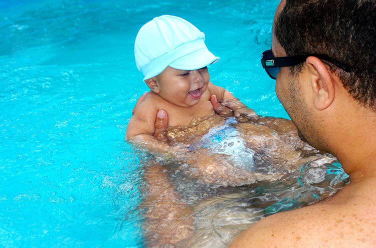 beneficios de la natación para los bebés