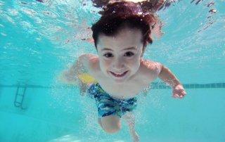 Claves para no descuidar la seguridad en tu piscina cubierta