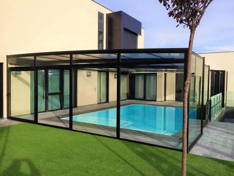 Cubierta alta y telescópica para piscina con techos móviles en Toledo