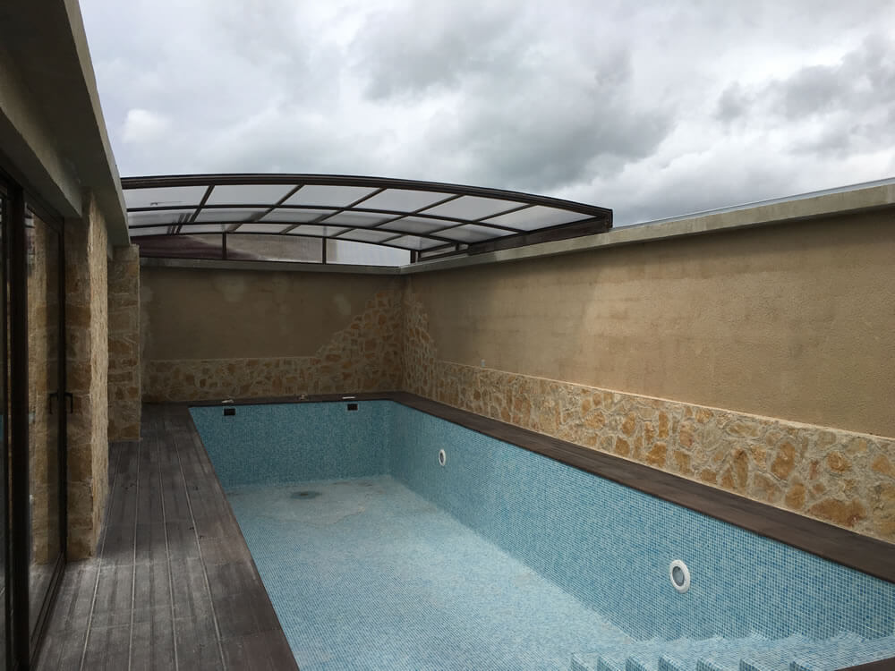 Cubierta Mega: Cubierta para piscina alta y telescópica con techos móviles en Bilbao