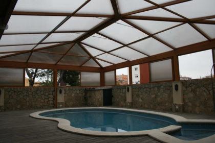 Cubierta Personalizada: Cubierta alta y telescópica para piscina con techos móviles en Toledo interior
