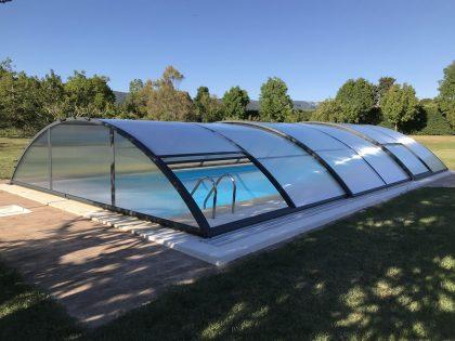 Instalación de Cubierta Teide Plus para piscina en Vitoria Exterior puerta