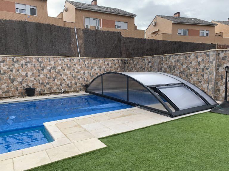 Instalación de cubierta baja para piscina en Santander abierta exterior