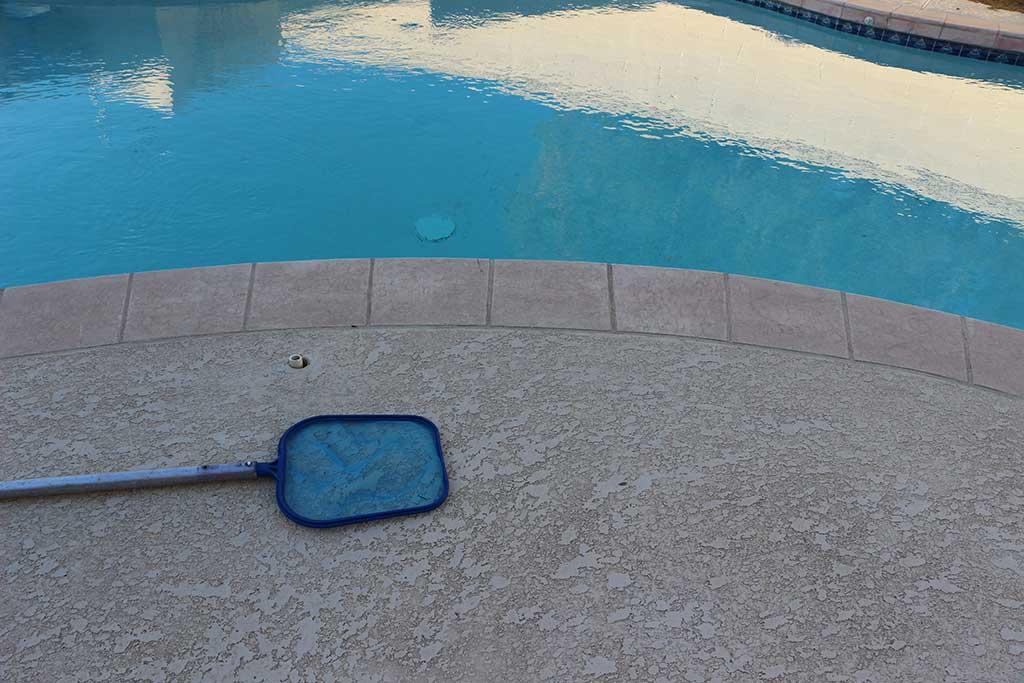 eliminar suciedad de la piscina